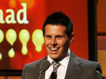 Silvio Horta recogiendo el premio Glaad a mejor comedia por 'Ugly Betty'