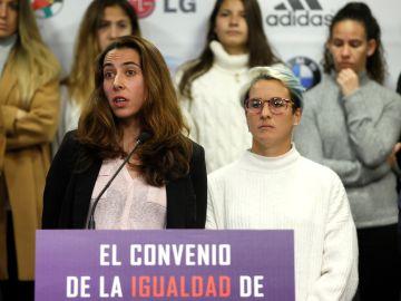 La guardameta del Athletic Club, la española Ainhoa Tirapu (i) junto a la delantera del Real Betis Balompié Priscila Borja.