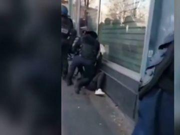 Investigan a un policía francés por atacar brutalmente a un chaleco amarillo