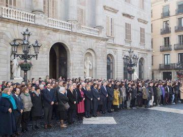 Los trabajadores del Ayuntamiento de Barcelona guardan un minuto de silencio por la muerte ayer del periodista del Ayuntamiento David Caminada,