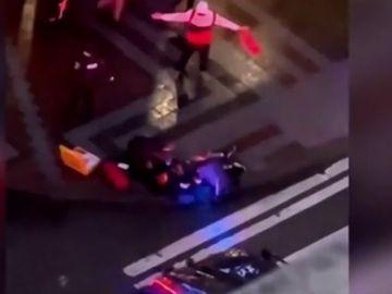 Sanitarios atendiendo a uno de los heridos durante el tiroteo en Seattle