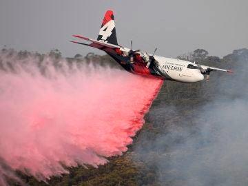 Imagen de un avión cisterna en los incendios de Australia