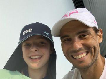 Rafa Nadal junto a Anita, la recogepelotas del Open de Australia