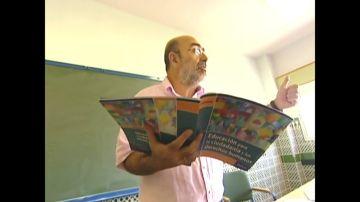 Un profesor con un libro de Educación para la Ciudadanía