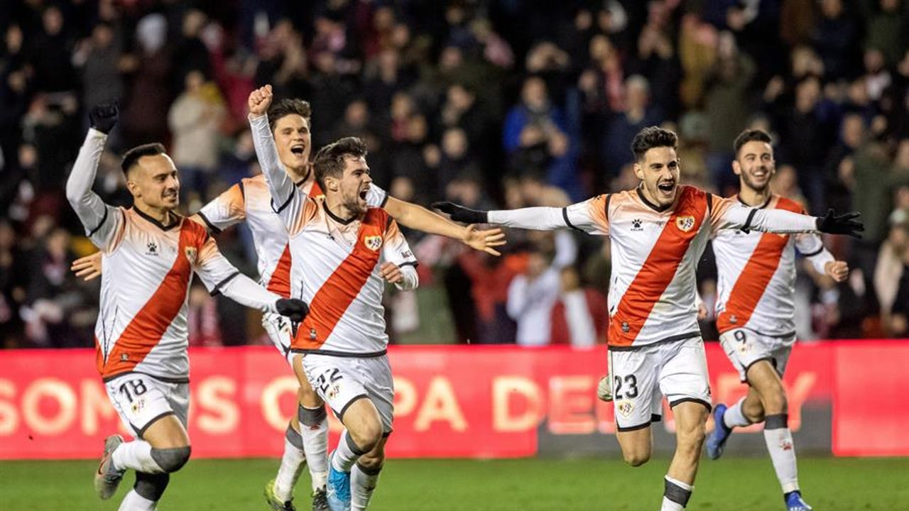 Los jugadores del Rayo Vallecano celebran su tanda de penaltis