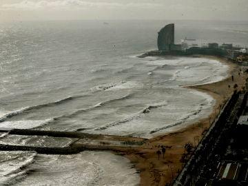La playa de la Barceloneta, tras el paso del temporal