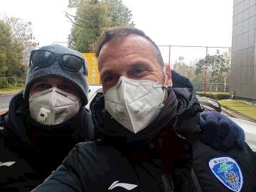 Foto cedida por el madrileño Oliver Cuadrado (d), entrenador de porteros, junto a un amigo