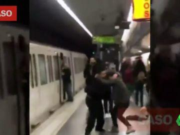 Violento enfrentamiento en el metro de Barcelona entre pasajeros y unos carteristas que intentaban robarles