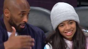 Kobe Bryant, junto a su hija Gianna durante un partido