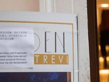 Cartel situado en la entrada de una cafetería de Roma.