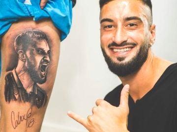 Erick Cabaco, junto al tatuaje de su rostro.