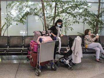 Imagen de una mujer con mascarilla en un aeropuerto de San Francisco.