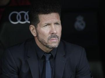 Simeone, en el banquillo del Bernabéu.