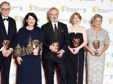 El director Sam Mendes (centro), ganador de la película británica excepcional por '1917', posa en la sala de prensa de los Bafta