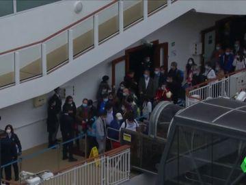 Desembarcan los viajeros a bordo del crucero 'World Dream' en Hong Kong