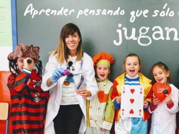 Lourdes Jiménez con algunos de los niños y niñas de su clase