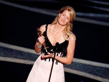 Laura Dern recoge emocionada el Oscar a Mejor Actriz secundaria