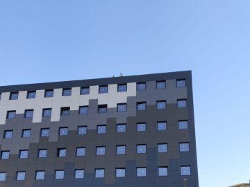 Un hombre que amenaza con tirarse desde la cornisa del edificio