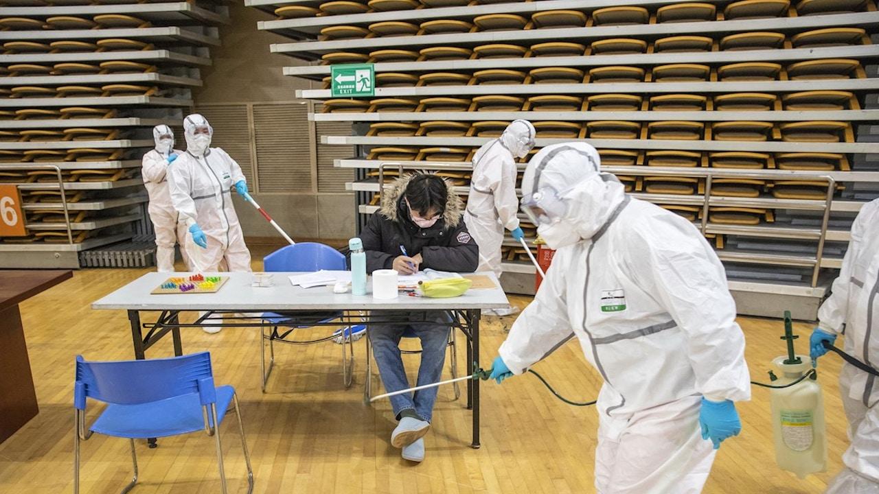 Personal sanitario combatiendo el coronavirus en China