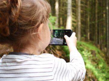 Imagen de archivo de una niña con un móvil