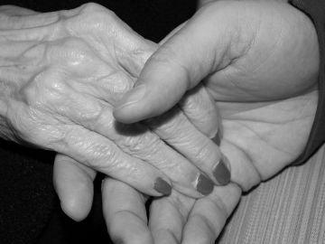Imagen de archivo de las manos de dos ancianos
