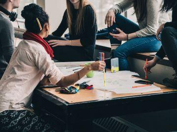Imagen de un grupo de jóvenes estudiando