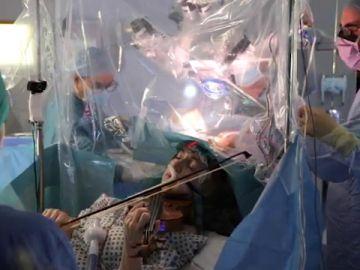Una mujer consigue tocar el violín mientras le extirpan un tumor del cerebro