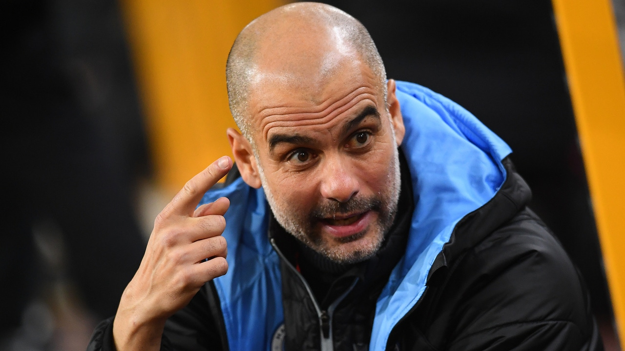 Pep Guardiola gesticula en el banquillo del Manchester City