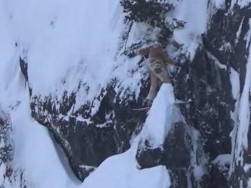 El snowboarder atrapado sobre un precipicio en Canadá