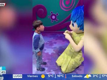 El conmovedor reencuentro en Disney entre un niño sordo y Alegría, un personaje que sabe lenguaje de signos
