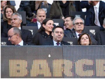 Bartomeu junto al escudo del Real Madrid
