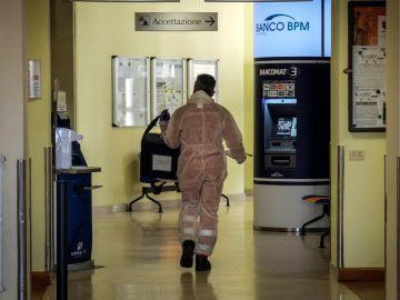 Imagen de un hombre con protección frente al coronavirus en un hospital de Italia