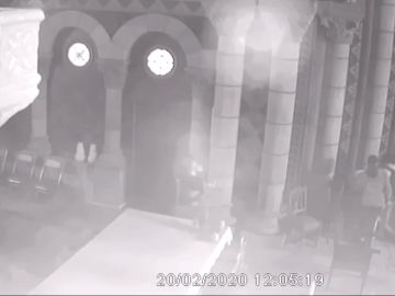Captura de la grabación de las cámaras de seguridad de la iglesia durante la profanación