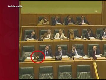 El día que 'Carlos deditos locos Iturgaiz' votó también por su compañero Mayor Oreja en el Parlamento vasco