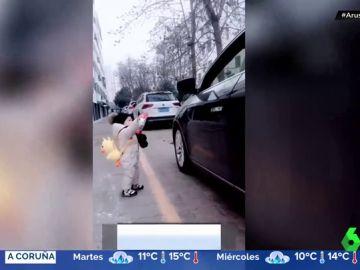 Un niño de 15 meses da una lección medioambiental a un hombre devolviéndole la botella que había tirado al suelo