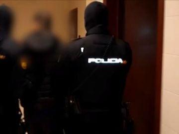 Momento en el que la Policía Nacional detiene a los hombres acusados de prostituir a menores tuteladas en La Rioja