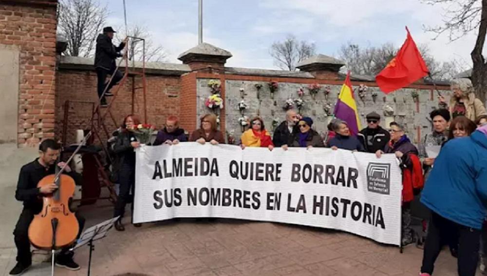 Imagen del acto en homenaje a las mujeres asesinadas durante el franquismo organizado por la Plataforma en Defensa del Memorail.