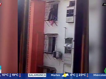 Así rescataron unos vecinos a una niña de dos años que tenía el cuello atascado entre las barras de seguridad de un balcón. En este vídeo puedes ver cómo la salvaron.