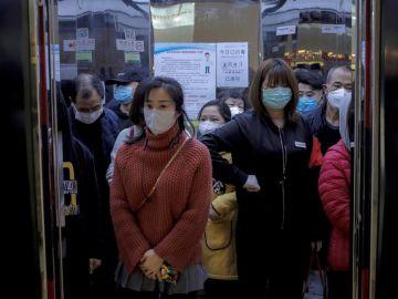 Clientes en el ascensor de un centro comercial de Beijing (China)