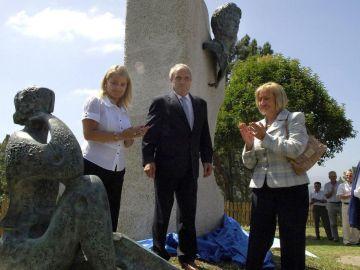La familia de Miguel Ángel Blanco en un acto: La hermana, Mari Mar, el padre, Miguel Blanco, y la madre, Consuelo Garrido