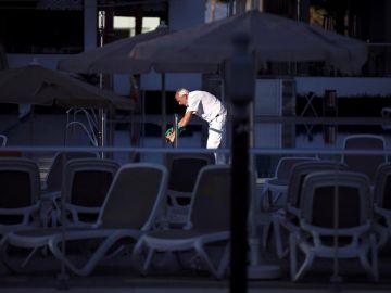 Un trabajador limpia en un hotel vacío por el coronavirus