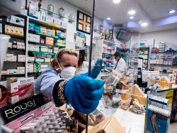 Una farmacia protege con plexiglás al personal durante el cierre de emergencia debido al brote de coronavirus.