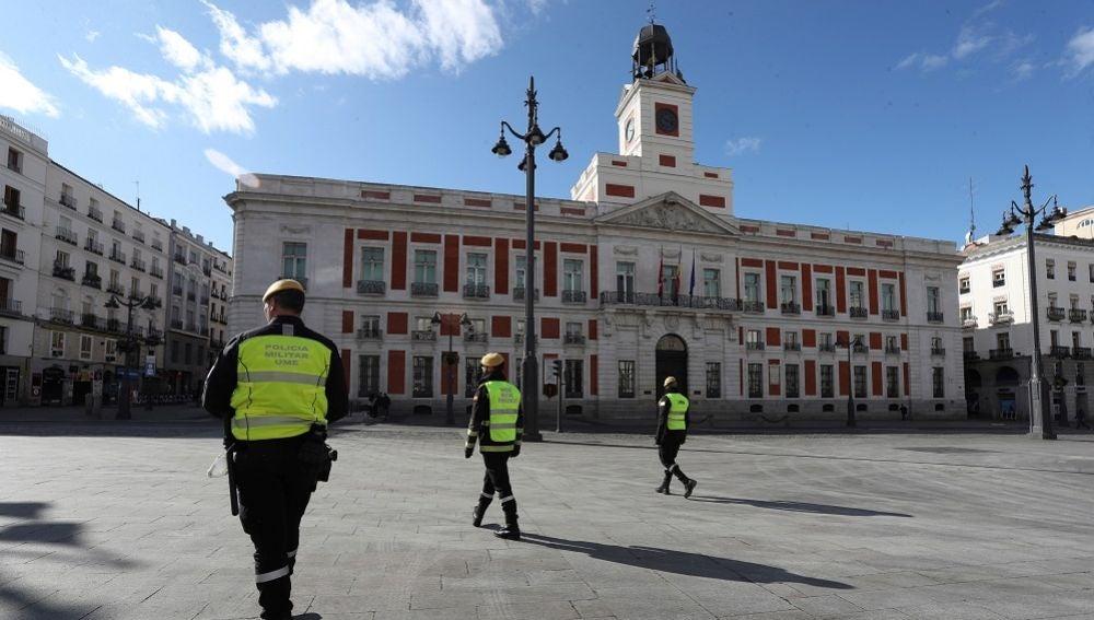Efectivos de la UME vigilan la Puerta del Sol en Madrid