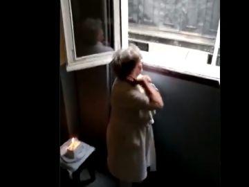 La emotiva sorpresa de los vecinos de un bloque de Lavapiés a una anciana por su cumpleaños en plena cuarenta por coronavirus