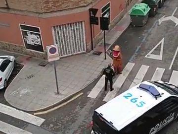 Los agentes paran al 'dinosaurio' que paseaba por las calles de Murcia