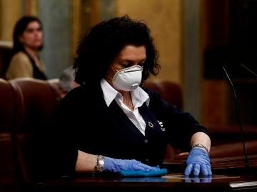 Valentina, la mujer que desinfecta el atril, este miércoles en el Congreso.