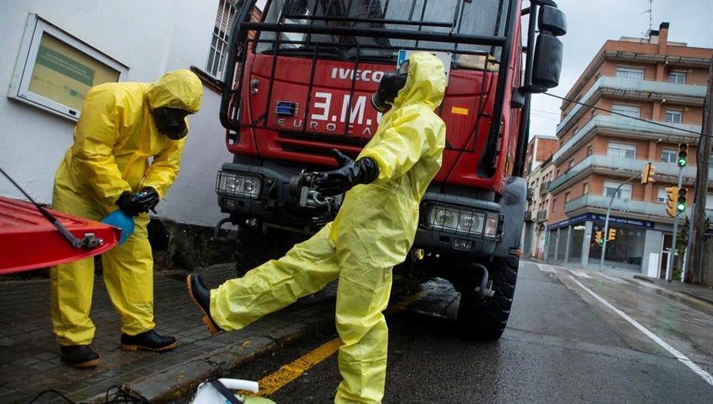 Miembros de la Unidad Militar de Emergencia (UME) se desinfectan tras trabajar