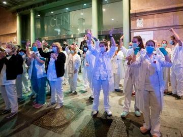 Sanitarios del Hospital Clínic agradecen los aplausos que les dedican los vecinos