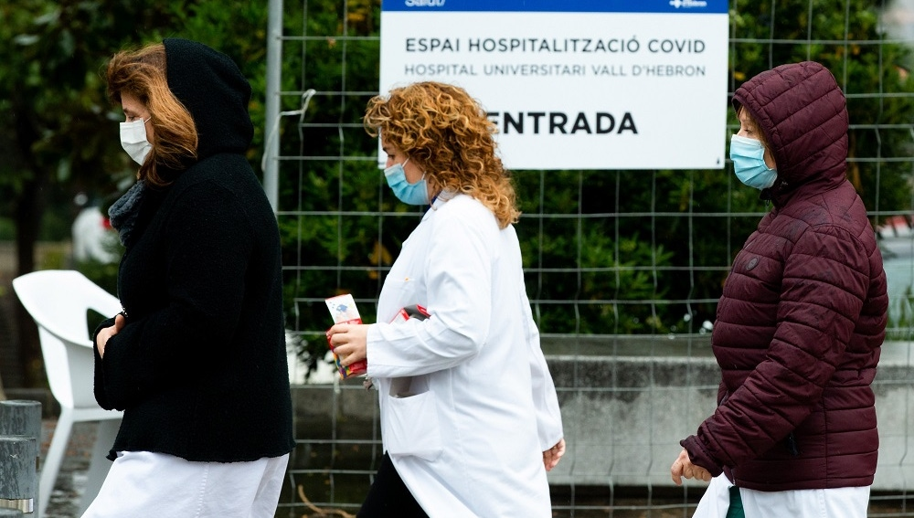 Varios sanitarios en las inmediaciones del Pavelló d'Esports de la Vall d'Hebrón