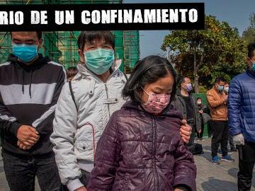 Imagen de varias personas en China con mascarillas